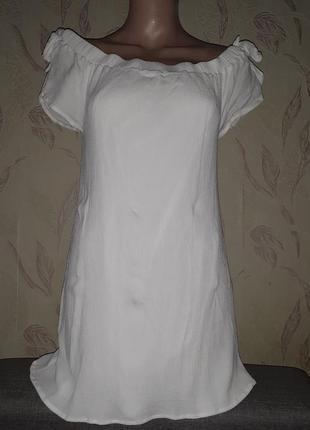 Белая пляжная туника с открытыми плечами.
