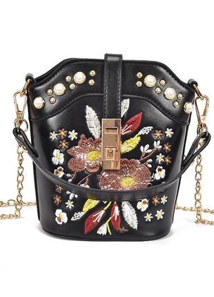 Черная сумка с жемчугом и вышивкой