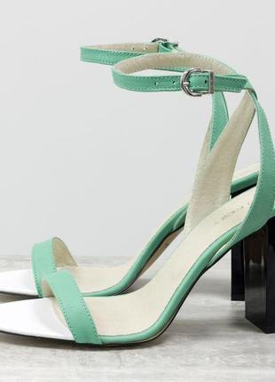 Летние нарядные босоножки на устойчивом глянцевом каблуке
