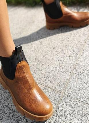 Стильные и строгие ботинки челси
