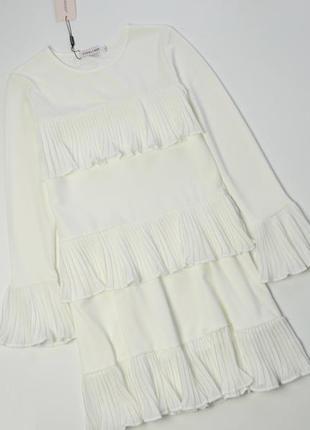 Роскошное белое платье с плиссированными оборками и длинным ру...