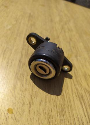 Корпус улітки замка багажника  Audi 100 c3