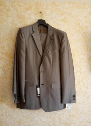 Серый мужской деловой костюм