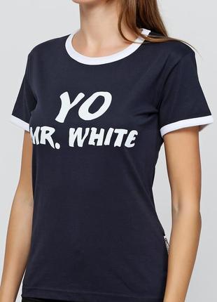 Темно-синяя футболка с белой окантовкой и интересной надписью