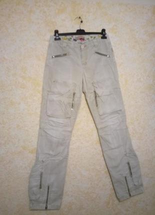 Стильные джинсы для длинноногой девушки