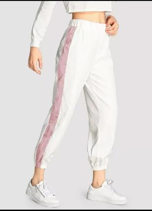 Белые спортивные штаны с розовой вставкой