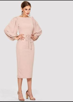 Платье с поясом нюдового цвета