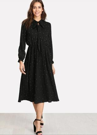 Черное платье в мелкий горошек