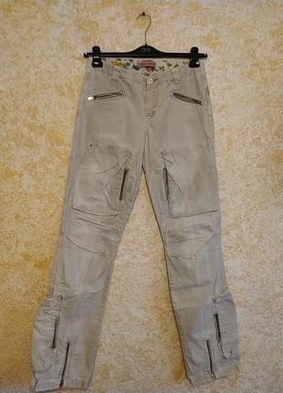Стильные джинсы со множеством карманов для длинноногой девушки