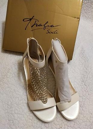 Новые белые босоножки, с украшением на тыльной стороне стопы и...