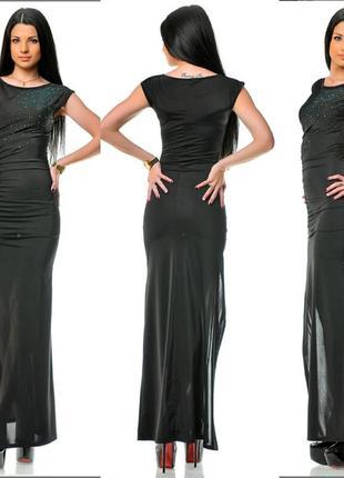 Длиное черное платье с разрезом на груди декорировано