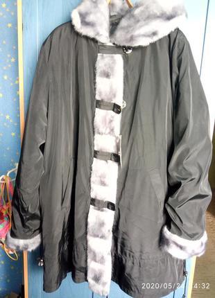 Зимняя куртка с капюшоном . очень большой размер.