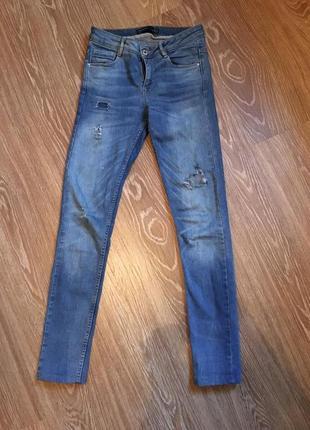 Отличные джинсы с небольшими дырками zara