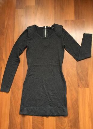 Тепленькое темно-серое базовое платье-миди с длинным рукавом