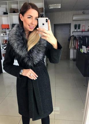 Зимнее пальто с меховым воротником