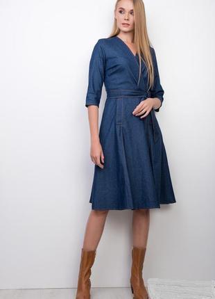 Синее джинсовое платье на запах, миди, ниже колена