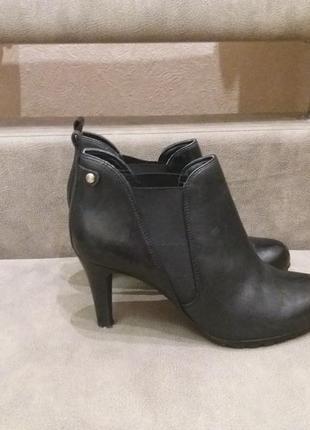 Черные брендовые ботинки челси на каблуке clarks  40\41р