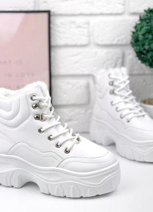 Стильные зимние кроссовки на платформе