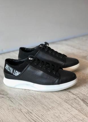 Мужские кроссовки на белой подошве