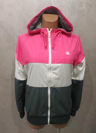 Женская спортивная куртка от nike.