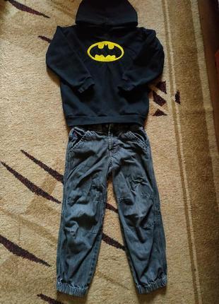 Серые джинсы и крутая толстовка
