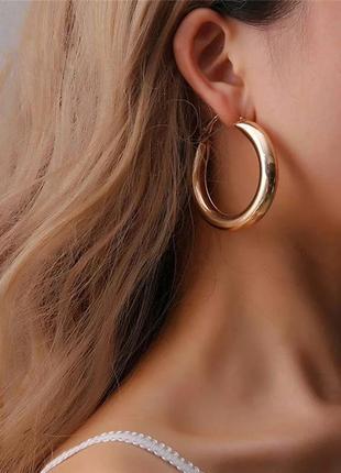 Стильные серьги крупные золотые массивные золотистые кольца кр...