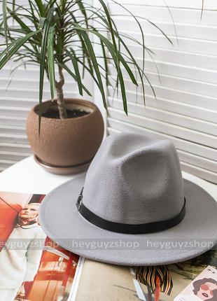 Стильная шляпа федора серая с широкими полями классическая тре...