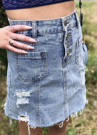 Джинсовая мини юбка голубая с потертостями рваными дырками кор...