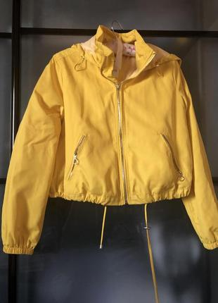 Куртка ярко желтого цвета ,очень красивая 😍