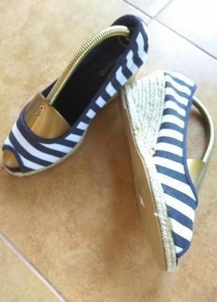 Актуальные туфли с открытым носком