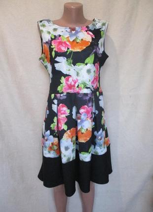 Яркое платье в цветочный принт со складками