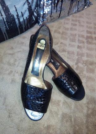 Шикарные, кожанные лаковын туфли босоножки  германского бренда...