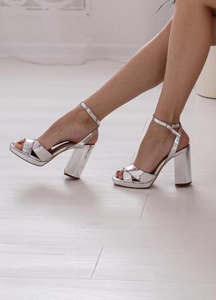 Туфли босоножки блестящие на высоком толстом каблуке серебрянн...