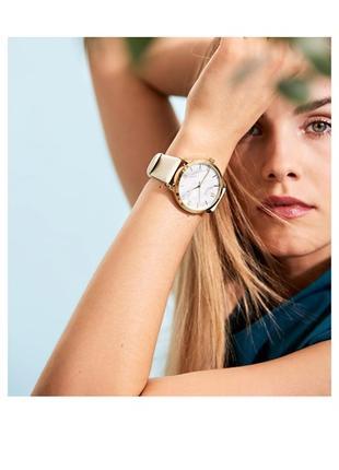 Часы в минималистичном стиле с крупным циферблатом под мрамор. Им