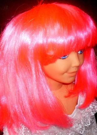 Парик маскарадный ярко-розового цвета - красивая прическа