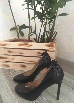 Натуральная кожа. чёрные туфли на шпильке. размер 36. billiani.