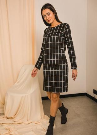 Трикотажное плотное платье в клетку