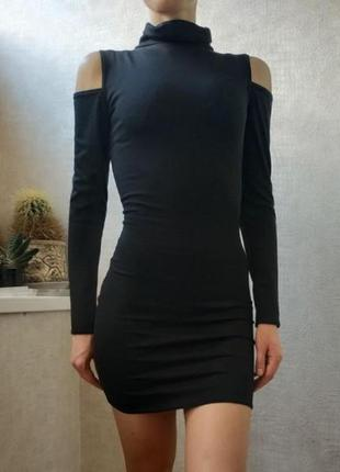 Облегающее платье мини с прорезями на плечах