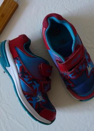 Шикарные кроссовки, светящиеся пяточки