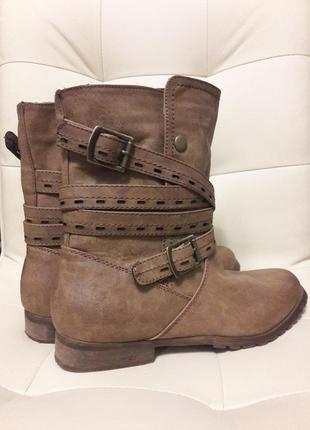 Женские демисезонные ботинки с ремешками
