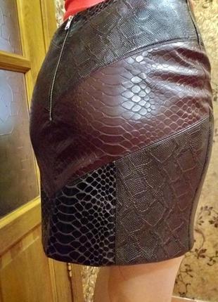 Кожаная юбка комбинированной расцветки с тиснение питон и крок...