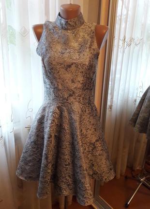 Красивое пышное платье из серебристой парчи