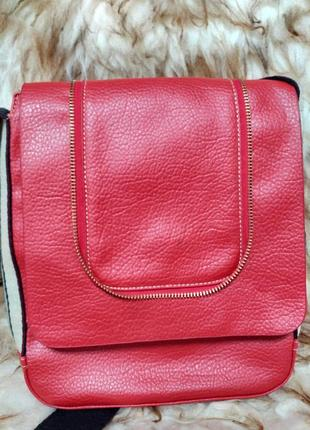 Красная сумка с широким плечевым ремнем