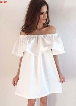 Белое платье с открытыми плечами и пышным воланом