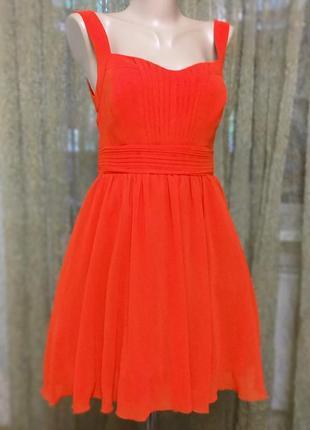 Ярко красное платье с пышной юбко и длинным замком на спинке