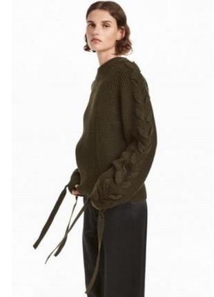 Объёмный свитер с оригинальным рукавом со шнуровкой