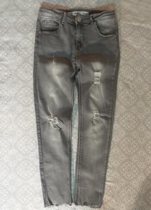 Серые джинсы скини с необработанным краем