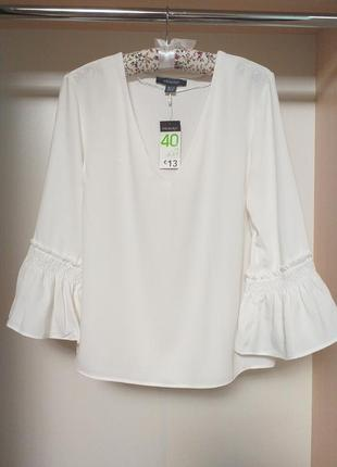 Белая блуза с воланом на рукавах