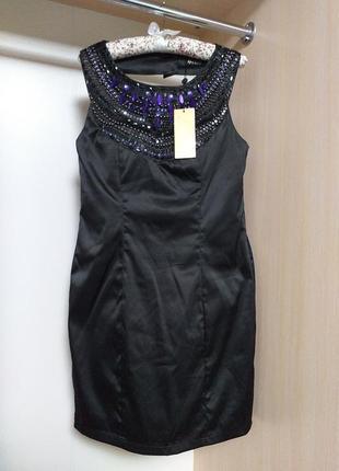 Платье с украшением вышивкой из бисера и вырезом на спине