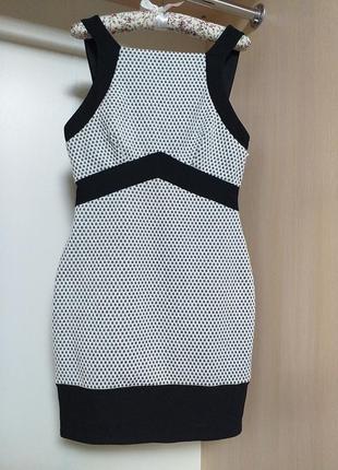 Платье из плотной эластичная ткани с утяжкой с вырезом на спине